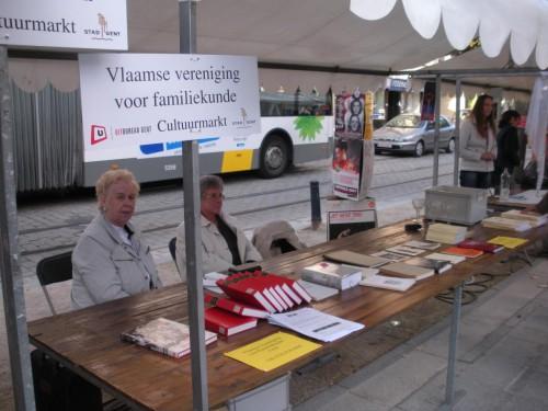 Ondervoorzitter Viviane Kelderman en secretaris Suzy Viaene aanwezig op de jaarlijkse Cultuurmarkt aan de Kouter te Gent